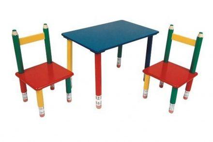 Παιδικό Σετ ξύλινο Τραπεζάκι με 2 Καρέκλες και πόδια Ξυλομπογιές διαστάσεων 60x39x42cm